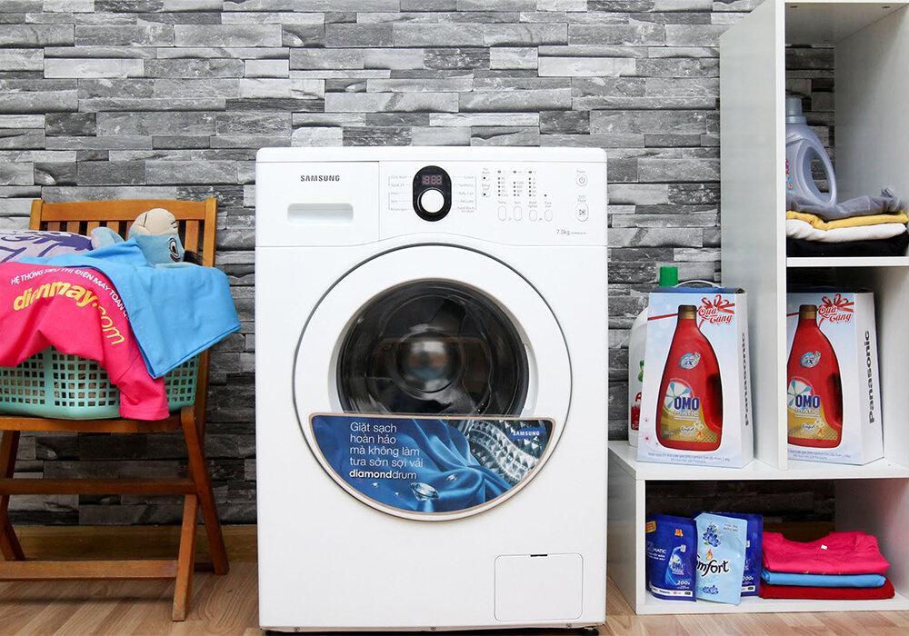 Tránh để nước đổ vào các bộ phận khi máy giặt đang hoạt đông