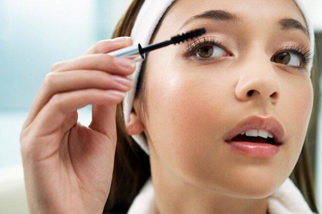 Chuốt mascara mỏng giúp mi cong và dày hơn nhưng vẫn rất tự nhiên