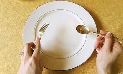 Dùng nĩa và muống cùng nhau