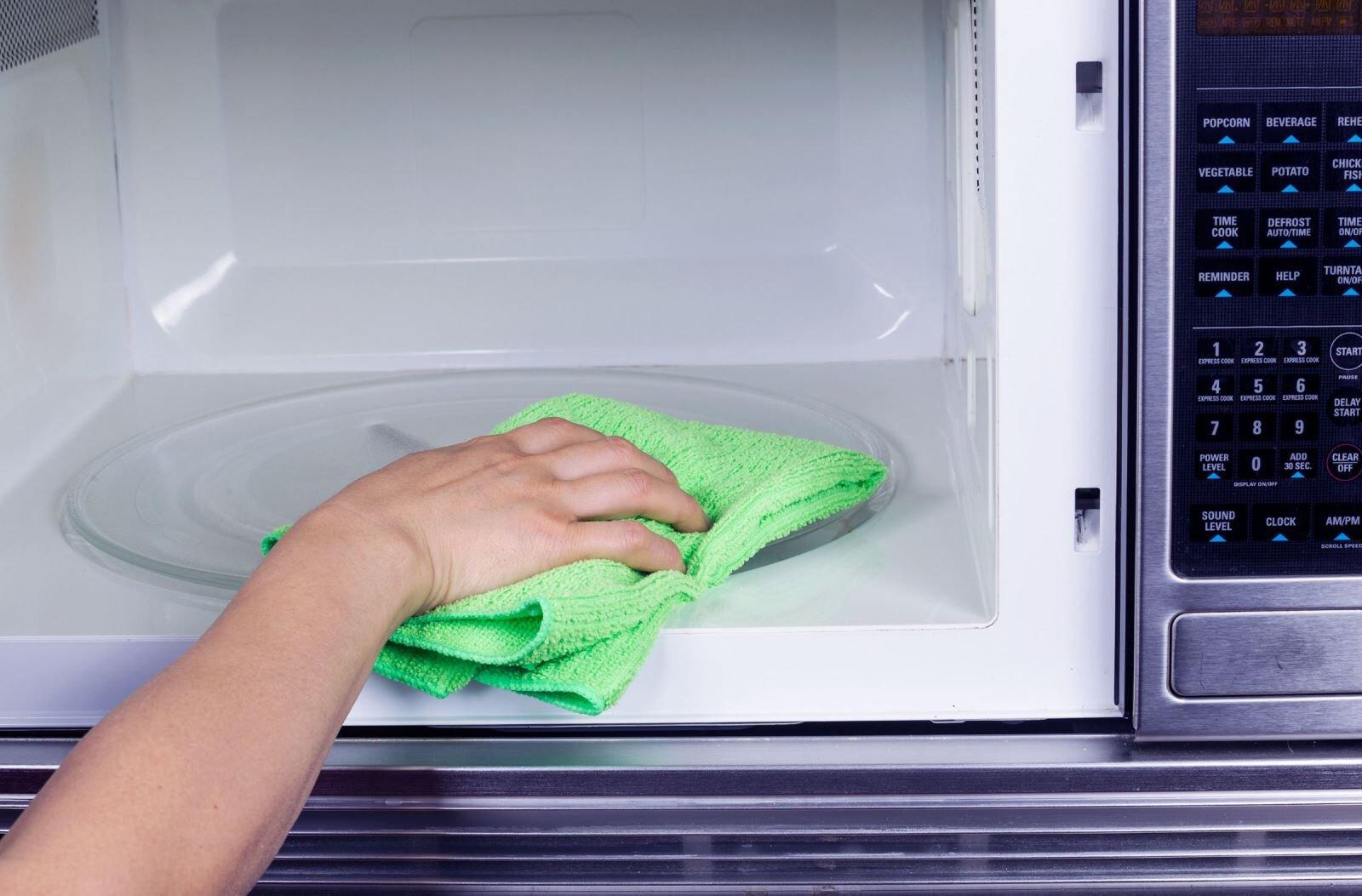 Nên vệ sinh lò vi sóng thường xuyên để nâng cao tuổi thọ sản phẩm