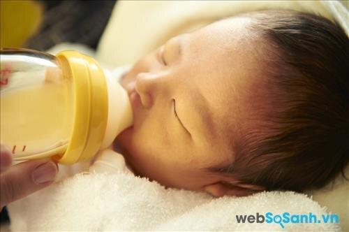 Không cho bé ngậm bình sữa khi đang buồn ngủ