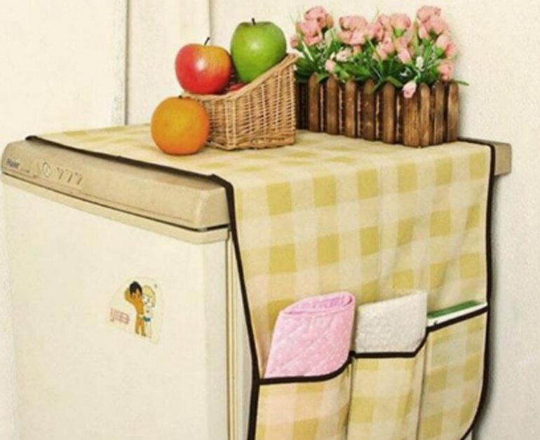 Đặt một tấm vải màn trùm lên nóc tủ lạnh chắn bụi