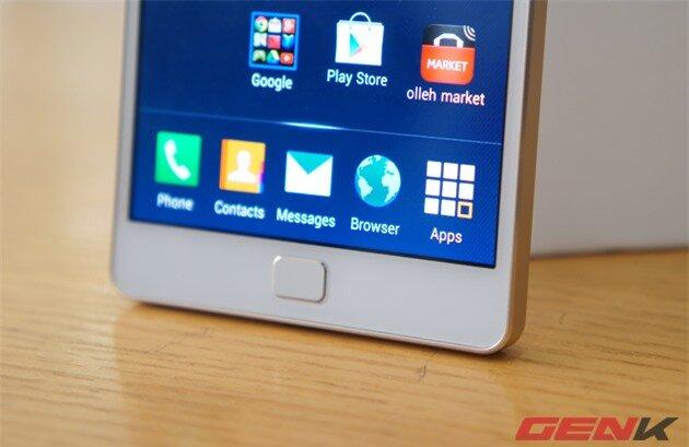 Nút Home của Vega Iron 2 mang dáng dấp của Galaxy S2 một thời. Giống như Samsung, Pantech cũng muốn đi ngược lại xu hướng khi vẫn tiếp tục sử dụng phím điều hướng vật lý và cảm ứng điện dung thay vì tích hợp bên trong màn hình cảm ứng.