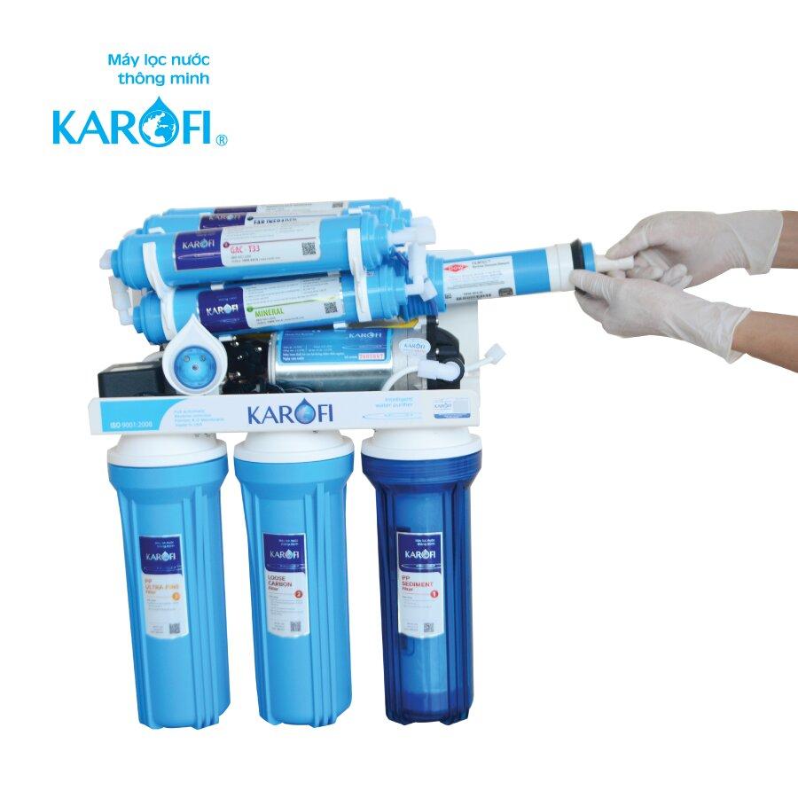 Đeo găng tay để đảm bảo vệ sinh là cách lắp máy lọc nước Karofi chuẩn