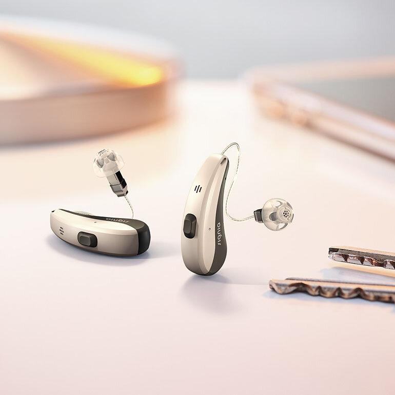 Máy trợ thính giúp người lớn tuổi nghe và trò chuyện dễ dàng với người xung quanh