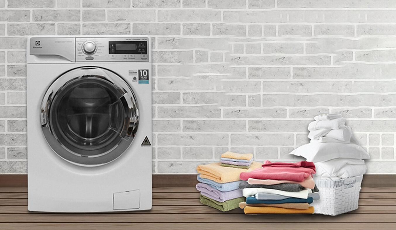Máy giặt cửa đứng Electrolux có bảng điều khiển ở mặt trước máy