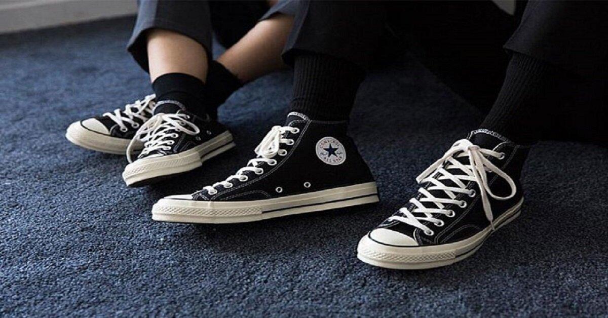 giày thể thao màu đen converse