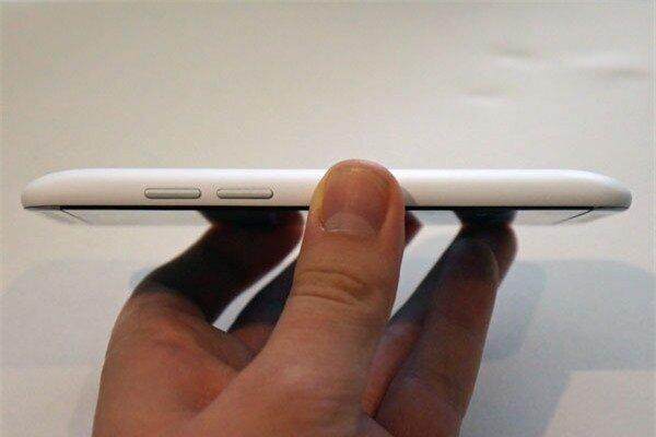 Cạnh phải có bộ đôi phím tăng giảm âm lượng được thiết kế tách biệt nhau