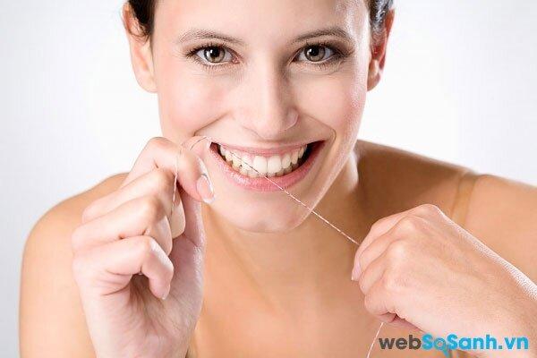 sử dụng chỉ nha khoa để làm sạch kẽ răng thay cho việc dùng tăm