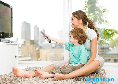 Cha mẹ nên xem Tivi cùng con trẻ. Nguồn Internet.