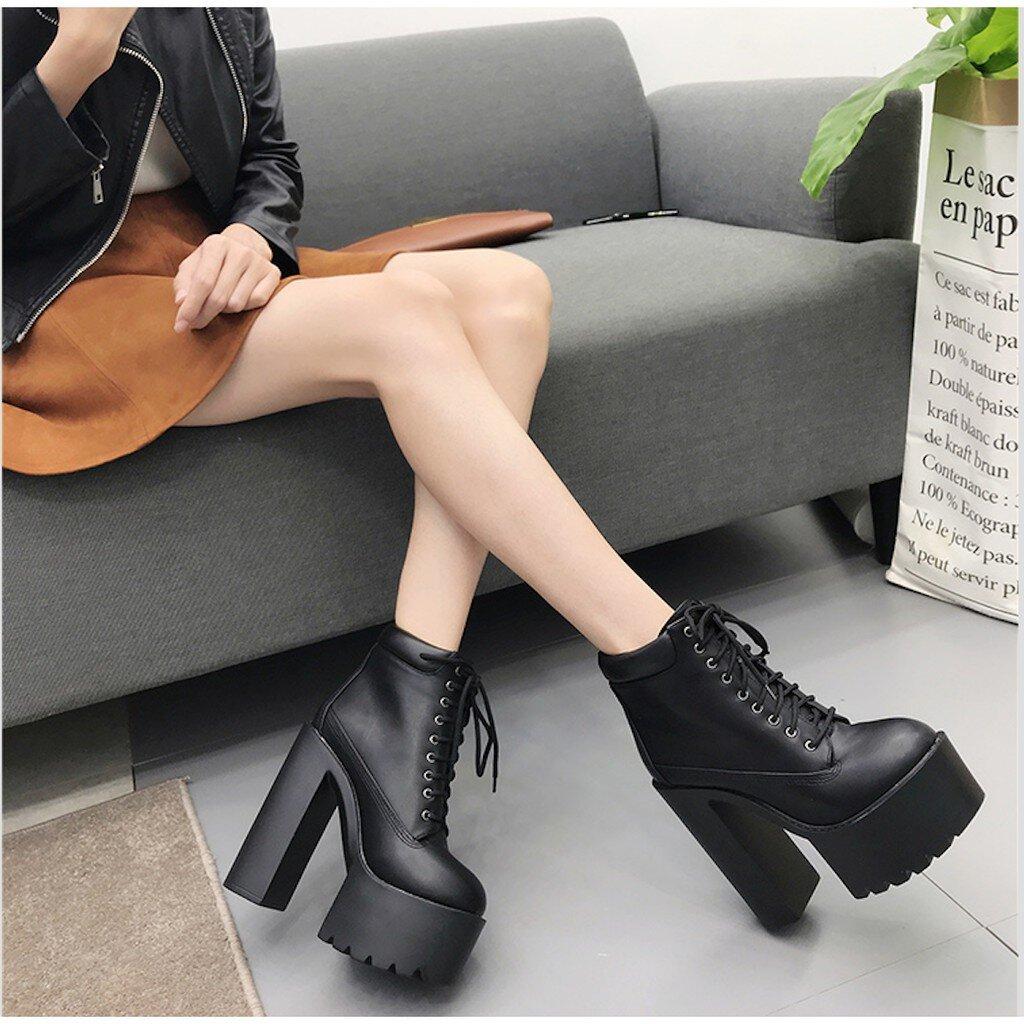 Boot nữ gót vuông có thiết kế tinh tế và trẻ trung hơn nếu có thêm điểm nhấn bằng kim loại trên thân giày