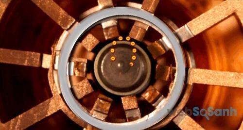Nam châm trong lò vi sóng bẻ cong dòng electron ngược trở lại