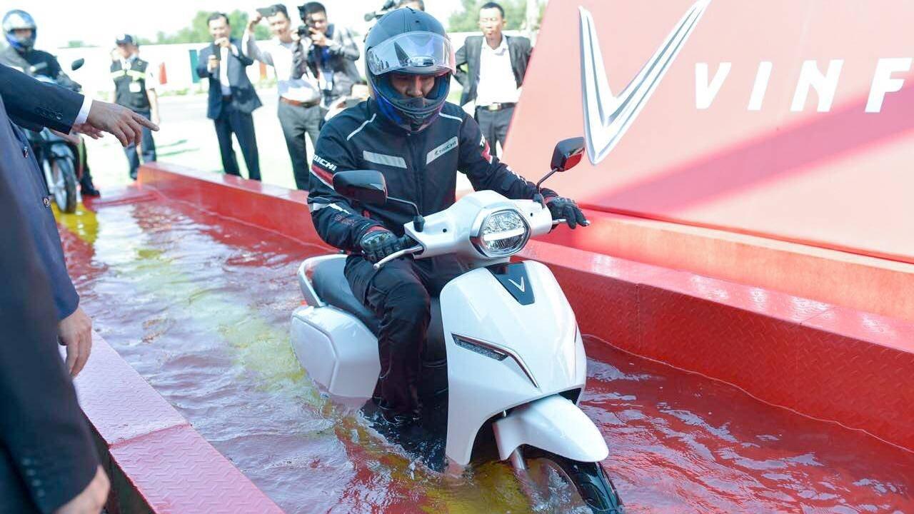 Xe máy điện Vinfast có khả năng đi trong đường ngập úng