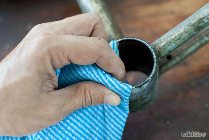 Dùng khăn lau sạch bụi bẩn
