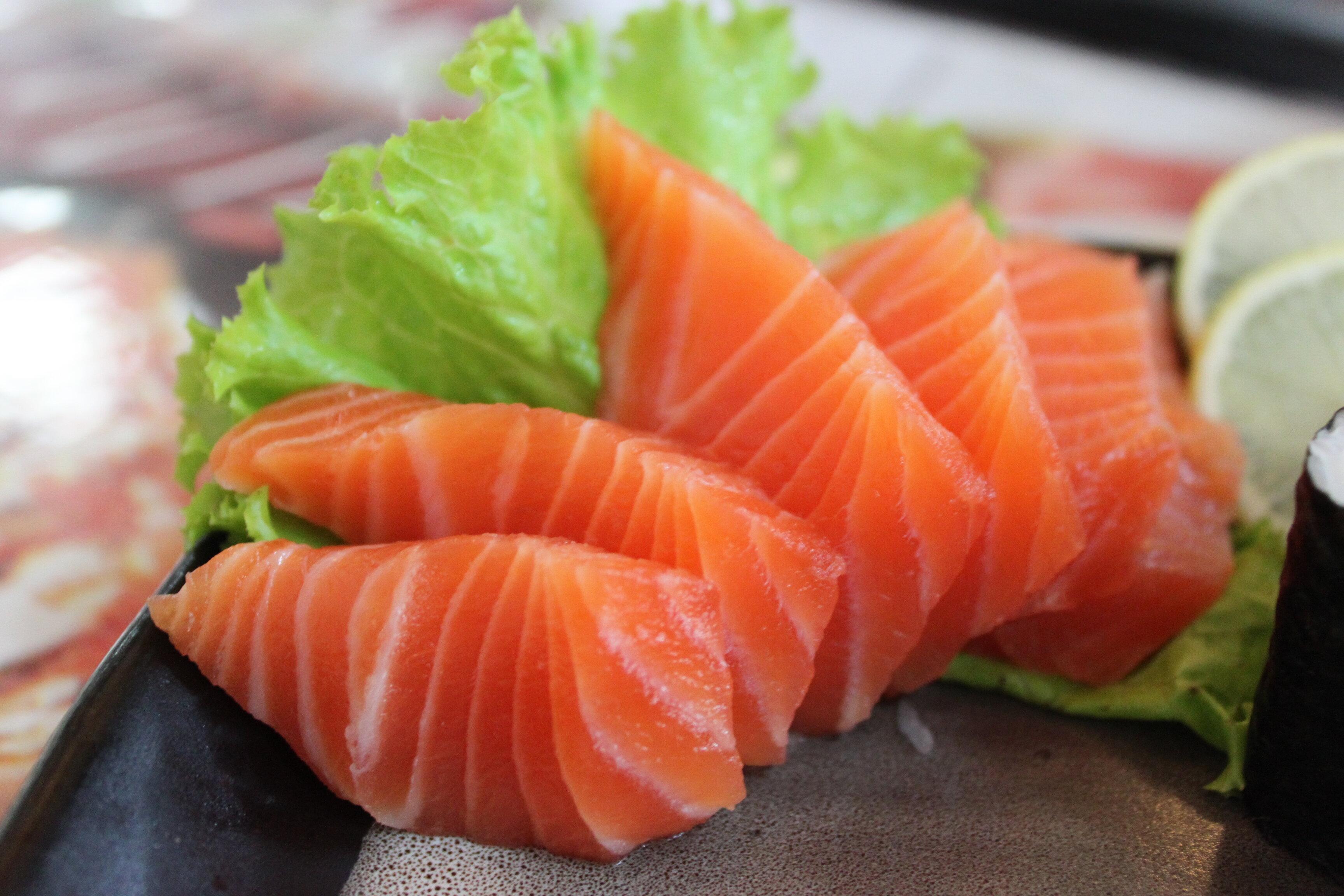 Trong cá hồi chứa nhiều Omega 3 rất tốt cho bệnh đau nửa đầu