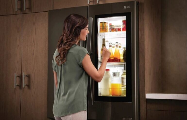 Nhiều tủ lạnh có wifi còn có thêm trợ lý ảo có thể nói chuyện với bạn giúp bạn bớt cô đơn, giải tỏa căng thẳng khi ở nhà một mình