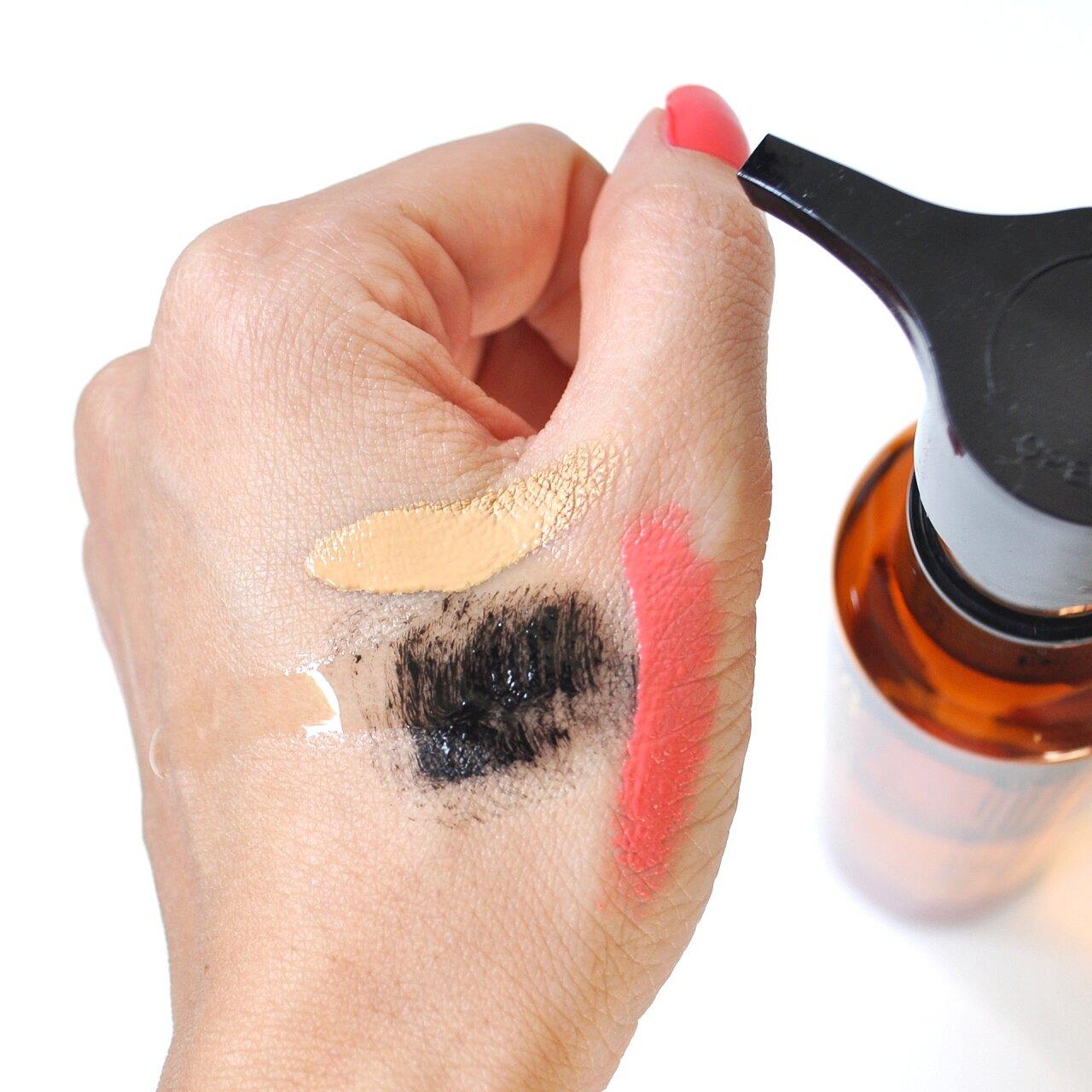 Nếu bạn hay makeup thì dầu tẩy trang chính là loại mà bạn cần dùng