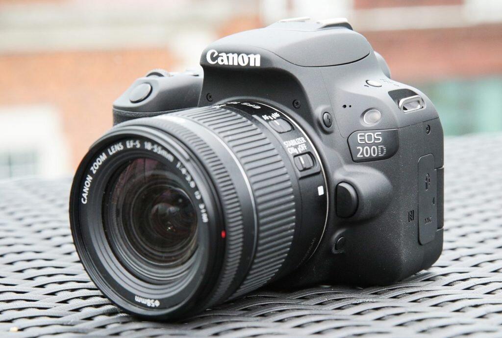 Canon EOS 200D có thiết kế nhỏ gọn như chiếc máy ảnh không gương lật