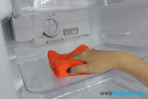 người tiêu dùng nên xả đá thường xuyên để tránh việc tuyết đóng quá dày trong ngăn đá tủ lạnh