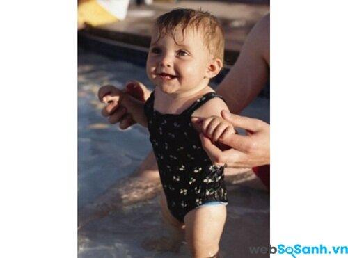 Áo tắm và tã cho bé đi bơi