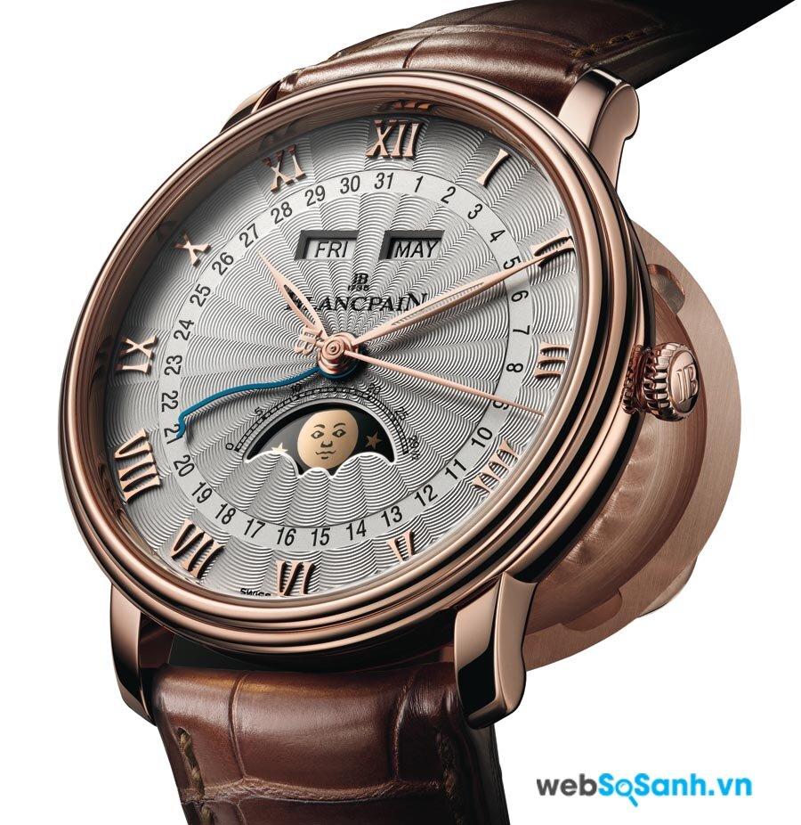 Chiếc đồng hồ thật trông sẽ hoàn thiện, khôn hơn rất nhiều, với những chữ khắc nổi đều đặn