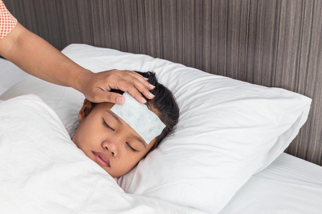 Sử dụng miếng dán để hạ nhiệt khi trẻ bị sốt