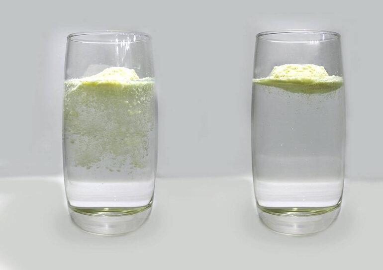 Sử dụng cốc nước để kiểm tra sữa Ensure thật giả
