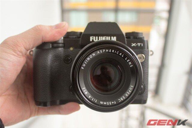 Mặt trước của Fujifilm X-T1 gây ấn tượng bởi phần kính ngắm được làm nhô lên tương tự Sony Alpha A7/R.