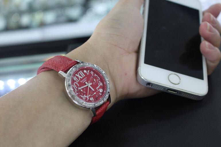 Mang trên mình kiểu dáng hiện đại phối hợp cùng dây đeo da màu đỏ tinh tế