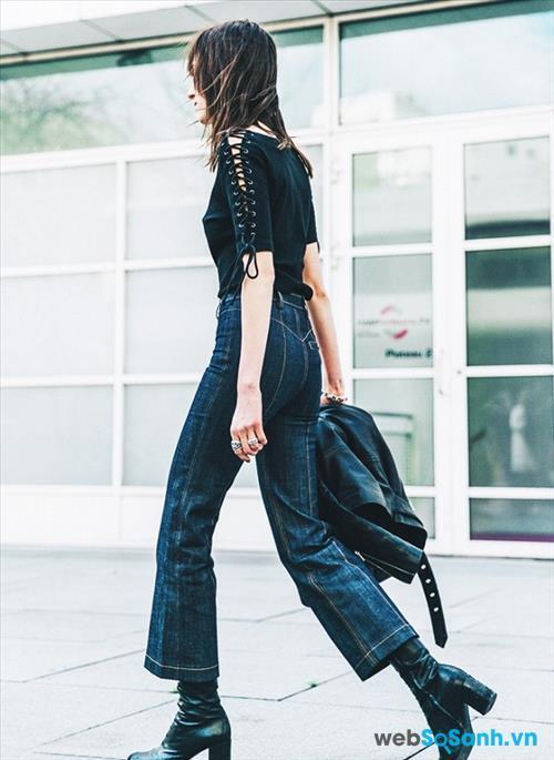 Bữa tiệc tối nay thay vì mặc một chiếc váy, bạn hãy thay đổi bằng cách mặc quần jeans và T-shirt để thêm phần năng động. Một chiếc quần jeans lửng ống loe - đúng mốt mới nhất, thêm một chiếc áo phông điệu đà với phần dây buộc ở cánh tay, thêm một đôi giày và một chiếc áo khoác nữa là đủ để bạn