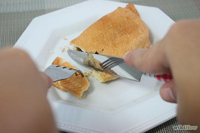 Tay cầm dao nhẹ nhàng cắt đồ ăn thành những miếng vừa ăn