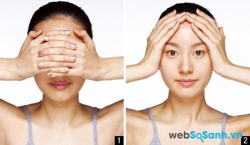 Động tác 1: Hai tay đan vào nhau, đặt ngay trên mắt và sống mũi. Vuốt thẳng sang hai bên sao cho hai bàn tay ôm sát khuôn mặt. Bạn lưu ý hơi ấn bàn tay xuống một chút để tạo hiệu quả massage cho khuôn mặt.