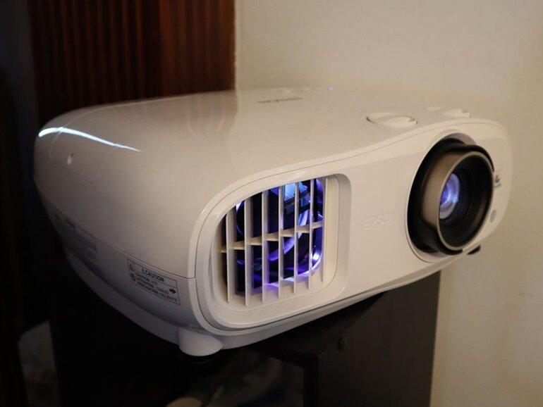so sánh máy chiếu epson 3800 và benq ht3550
