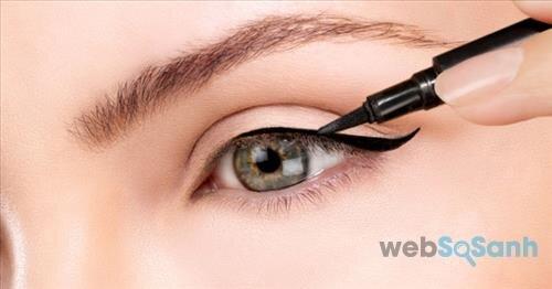Kẻ eyeliner là cách giúp bạn tạo ấn tượng với đôi mắt sắc sảo mà không cần chuốt mascara