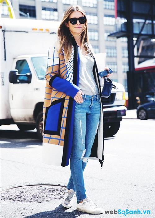 Hình ảnh một cô gái với quần jeans và áo T-shirt luôn khiến mọi người yêu thích vì nó vừa kín đáo, vừa năng động và trẻ trung. Bạn hoàn toàn có thể mix thêm một chiếc áo khoác mỏng dài cho những ngày xuân se lạnh để tăng phần cá tính cho bộ trang phục của mình. Còn nếu không thì chiếc quần jeans rách phối cùng áo phông trắng và đôi sneaker trắng cũng đủ giúp bạn tự tin rồi!