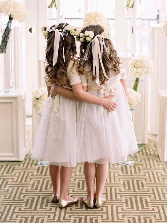 Sẽ thật ngọt ngào và dễ thương khi thấy hình ảnh những mái tóc lượn sóng kết hợp với những dải ruy băng nhẹ nhàng và vòng hoa xinh xắn!