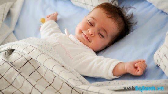 Đắp chăn mỏng giúp bé ngủ ngon giấc