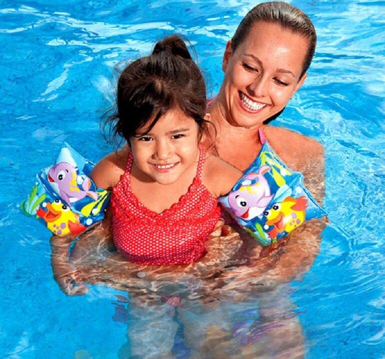 Nên chọn phao bơi tay cho bé của các thương hiệu nổi tiếng