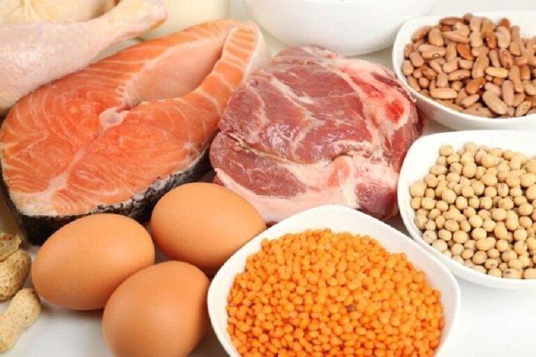 Thịt và trứng là những thức ăn giàu đạm rất tốt cho chó mẹ nuôi con