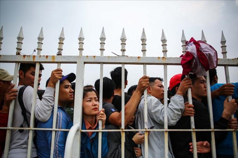 hàng trăm người chen chúc, ngã dúi dụi thậm chí trèo tường, vượt rào để vào trụ sở VFF mua vé