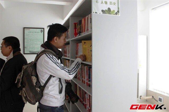 ...hoặc đọc sách tại thư viện của nhà máy.