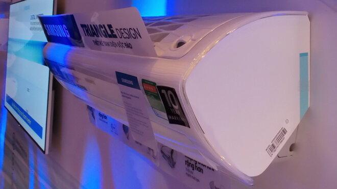 Thiết kế tam diện gồm ba bề mặt: nới rộng kích thước cửa hút, cửa phân phối khí lạnh và quạt nhưng kích cỡ máy vẫn nhỏ gọn, cho hiệu suất phân bổ luồng khí lạnh nhanh hơn, xa và rộng hơn