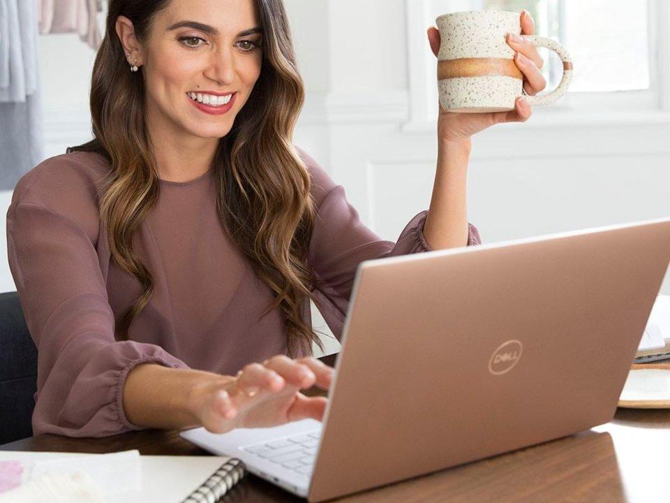 Laptop Dell nổi bật với màn hình cao cấp được phủ một lớp carbon vô cùng sang chảnh