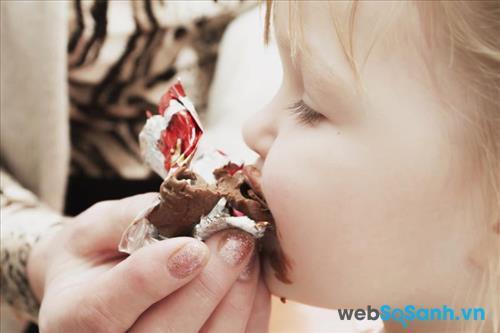 Tốt nhất bạn không nên cho trẻ dưới 2 tuổi ăn sô cô la