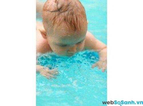 Cho bé làm quen với môi trường nước