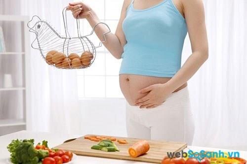 mẹ nên ăn điều độ trứng gà để giảm lượng cholesterol trong máu