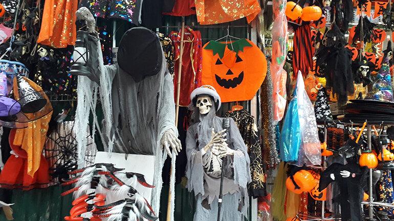 Để ngày hội Halloween thêm phần ấn tượng, hãy chọn phụ kiện thật