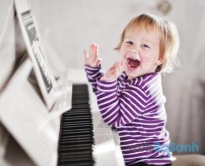 Ngoài nghe nhạc, mẹ có thể cho con chơi nhạc cụ để con thông minh hơn