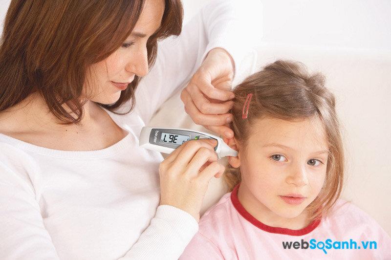 Khi đo nhiệt độ ở tai, bạn cần vạch tai bé ra rồi mới đo