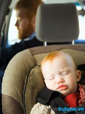 Tranh thủ những giấc ngủ trưa cho bé ngay trong xe ô tô